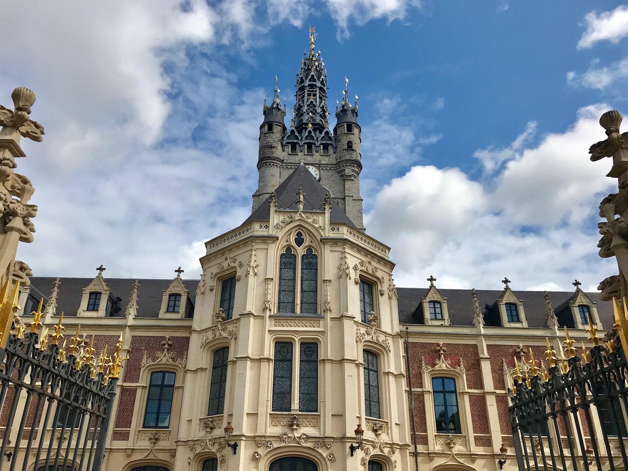 façade de la mairie et beffroi ville de douai - L'or touristique