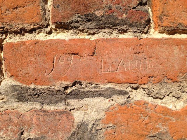 Graffiti dans la Brique, haut de la porte de Valenciennes - Ville de Douai