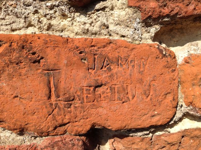 Gravure dans la brique - porte de Valenciennes - Ville de Douai