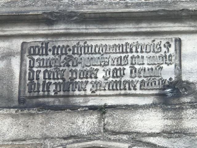 Gravure dans un mur de la porte de Valenciennes à Ville de Douai
