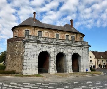 Vue extérieure de la porte de Valenciennes à Douai