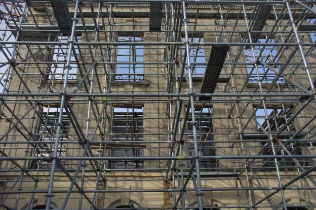 Une façade à Douai conservée devant une reconstruction moderne